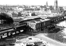 1980-5184 Gezicht op de door het Duitse bombardement van 14 mei 1940 getroffen en geraseerde omgeving van de Blaak. Op ...