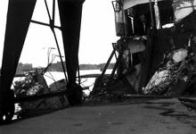 1980-5575 Gezicht op de door de Duitse Wehrmacht veroorzaakte havenverwoestingen aan de zuidzijde van de Rijnhaven, ...