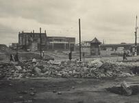 IV-339-4 De door het bombardement beschadigde Twentsche Bank aan de Noordblaak, gezien vanuit de Brouwerijsteeg.