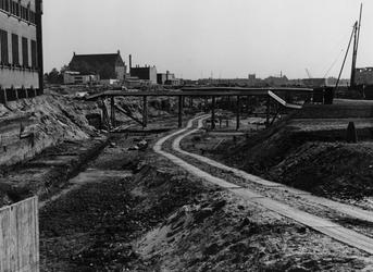 IV-343-14 Werkzaamheden aan de Delftsevaart, links een deel van het onderstation voor de stadsverwarming van het ...