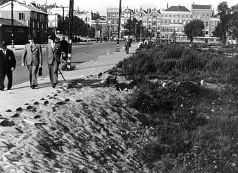 IV-343-37 Gezicht op de Aert van Nesstraat hoek Tuindersstraat. Op de achtergrond de Westersingel.