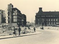 IV-343-50 Bouwterrein van het kantoorgebouw van de Plaatselijke Telefoondienst aan de Botersloot, rechts de ...