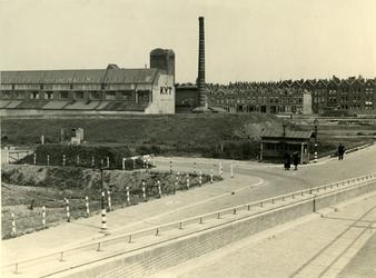 IV-343-73 De Koninklijke Vereninging Tapijtfabrieken aan de Oostzeedijk boven. Rechts op de achtergrond panden aan de ...
