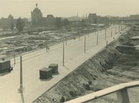 IV-343-85 De (verlegde) Hoogstraat en omgeving.Op de achtergrond het spoorwegviaduct, links het Witte Huis, gezien ...