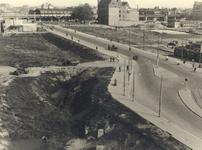 IV-347-3 De Blaak met links de door het bombardement beschadigde Twentsche Bank en op de achtergrond Station Blaak en ...