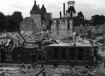 XXXIII-569-35-13 Gezicht op de door het Duitse bombardement van 14 mei 1940 getroffen Wijnstraat rechts en op de ...