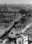 XXXIII-569-35-22 Gezicht v.l.n.r. op de Hoogstraat, het Steiger met de Weezenbrug, Grotemarkt en omgeving met verwoeste ...