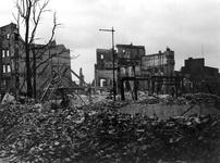 XXXIII-569-35-28 Gezicht op de Hoofdsteeg, hoek van Steiger en omgeving met verwoeste huizen en gebouwen, waaronder in ...
