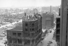 XXXIII-569-35-35 Op de voorgrond de Leuvehaven, Schiedamsedijk, Baan en omgeving met verwoeste huizen en gebouwen als ...