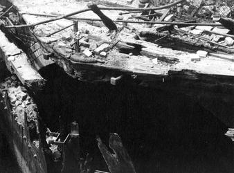 XXXIII-569-35-39 Gezicht op de door het Duitse bombardement getroffen Steigersgracht en Vlasmarkt met restant van ...