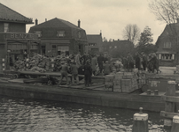 XXXIII-646-02-01-13 Door geallieerde vliegtuigen afgeworpen voedselpakketten worden op de Bergse Linker Rottekade ter ...