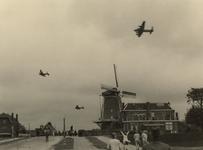 XXXIII-646-02-01-5 Het afwerpen van voedsel door Lancaster vliegtuigen van de RAF op een afwerpterrein bij de ...
