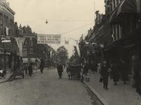 XXXIII-647-00-06-2 De Noordmolenstraat is feestelijk versierd in verband met de bevrijding van Nederland. Bij het pand ...