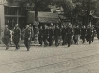 XXXIII-651-03-2 De aftocht van Duitse militairen die ontwapend zijn onder begeleiding van leden van de Nederlandsche ...
