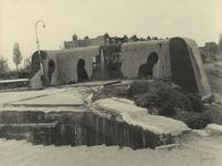 XXXIII-663-10-1 Een Duitse verdedingsmuur en afgebroken brug voor het slopen bij de Terbregseweg.