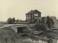 XXXIII-663-10-2 Een Duitse verdedingsmuur en een afgebroken brug bij de Terbregseweg kort voor de sloop.