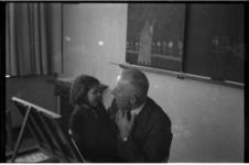 1009-02 Docent en meisje in een klaslokaal van een school van de Ammanstichting. De stichting verzorgde onderwijs voor ...