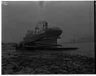 1023-01 In Nieuwe Waterweg, bij Hoek van Holland vastgelopen schip Cesare Battisti uit Venetië.