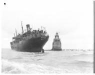 1023-03 Op Noorderpier bij Hoek van Holland vastgelopen schip Spanker uit Newcastle.
