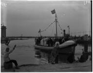 1023-05 In de Berghaven in Hoek van Holland komt reddingboot President Jan Lels van de ZHRM binnenvaren.