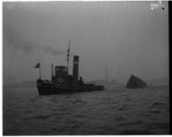 1023-07 Sleepboot de Hans sleept ter hoogte van Hoek van Holland een wrak.