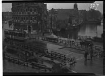1026-7 Werkzaamheden aan de voormalige Aelbrechtsbrug. Helemaal links de Havenstraat. Rechts van het midden het ...