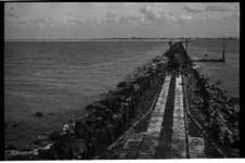 1042 Werkzaamheden aan het Noorderhoofd bij Hoek van Holland. Rechts de Maasmond, links de zee.