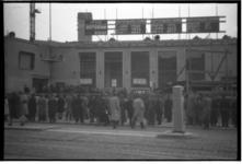 1078-03 Belangstellenden bekijken de uitslagen van de Tweede Kamerverkiezingen die op ramen en borden op het gebouw van ...