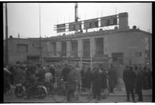 1078-04 Belangstellenden bekijken de uitslagen van de Tweede Kamerverkiezingen die op ramen en borden op het gebouw van ...