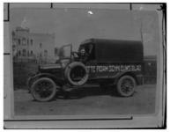 1084 Repro met afbeelding van de eerste wagen van het Rotterdamsch Nieuwsblad. Links een villa aan de Vijverweg.