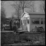 108-02 Twee mannen richten een vakantiehuisje in op recreatiepark Kruininger Gors in Oostvoorne.