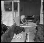 108-03 Twee mannen werken aan de vloer van een vakantiehuisje op recreatiepark Kruininger Gors in Oostvoorne.