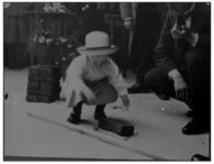 1091 Kind legt eerste steen bij de uitbreiding van het gebouw op de hoek Schiekade-Slagveld, waarin het Rotterdamsch ...