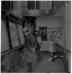 1092 Mannen lezen de krant in de tijdingzaal van het Rotterdamsch Nieuwsblad aan het Slagveld.