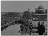 1094 Drukte bij de Delftsche Poort. Op het gebouw van het Rotterdamsch Nieuwsblad aan het Slagveld staat een ...