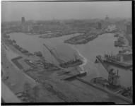 135-02 Werkzaamheden in de Leuvehaven met rechts van de achtergrond naar de voorgrond de Wijnhaven, Bierhaven, ...