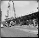 148-03 Werkzaamheden op de Hillelaan aan het viaduct van de metrolijn op de zuidoever. Uit een serie over de bouw van ...