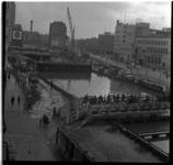 150 Bouwput van de metrolijn, station Beurs bij de Coolsingel. Rechts het gebouw van het Rotterdams Nieuwsblad. Uit een ...
