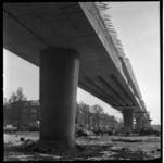 152-04 Werkzaamheden Maashaven Oostzijde aan het viaduct van de metrolijn op de zuidoever. Viaduct van onderaf gezien. ...