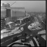 152-05 Werkzaamheden Maashaven Oostzijde aan het viaduct van de metrolijn op de zuidoever. Zicht op de Maassilo en de ...