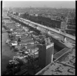 155-03 Bouw van metrolijn, viaduct langs Maashaven Oostzijde. Rechts de Paul Krugerstraat, links binnenvaartschepen in ...