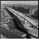 155-04 Bouw van metrolijn, viaduct langs Maashaven Oostzijde. Rechts de Paul Krugerstraat, links binnenvaartschepen in ...