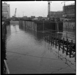 156-01 Bouwput metrolijn bij het Weena. Links op de achtergrond het kantoorgebouw van Shell. Uit een serie over de bouw ...