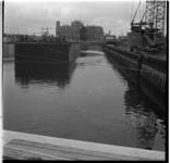 156-06 Bouwput metrolijn. Op de achtergrond het Groothandelsgebouw en rechts het Centraal Station. Uit een serie over ...