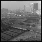 157-01 Noodbrug over bouwput van de metrolijn. Links het Weena, op de achtergrond het Groothandelsgebouw, Centraal ...