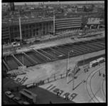 157-04 Bouwput van de metrolijn op het Stationsplein voor het Centraal Station. Uit een serie over de bouw van de ...