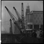 157-05 Toeschouwers kijken naar werkzaamheden aan de metrolijn op de Coolsingel ter hoogte van het Beursplein. Rechts ...