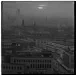 221-24 Overzicht op de Oude Binnenweg met linksonder het kantoor van het Rotterdams Nieuwsblad en rechts huishoudwinkel ...