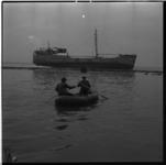 231-01 Reddingboot bij de op de Zuiderpier vastgelopen Rotterdamse kustvaarder Fiducia. Het gestrande schip was ...