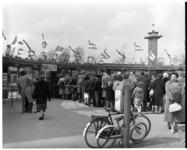24-02 Bezoekers staan in de rij bij de ingang van Diergaarde Blijdorp.